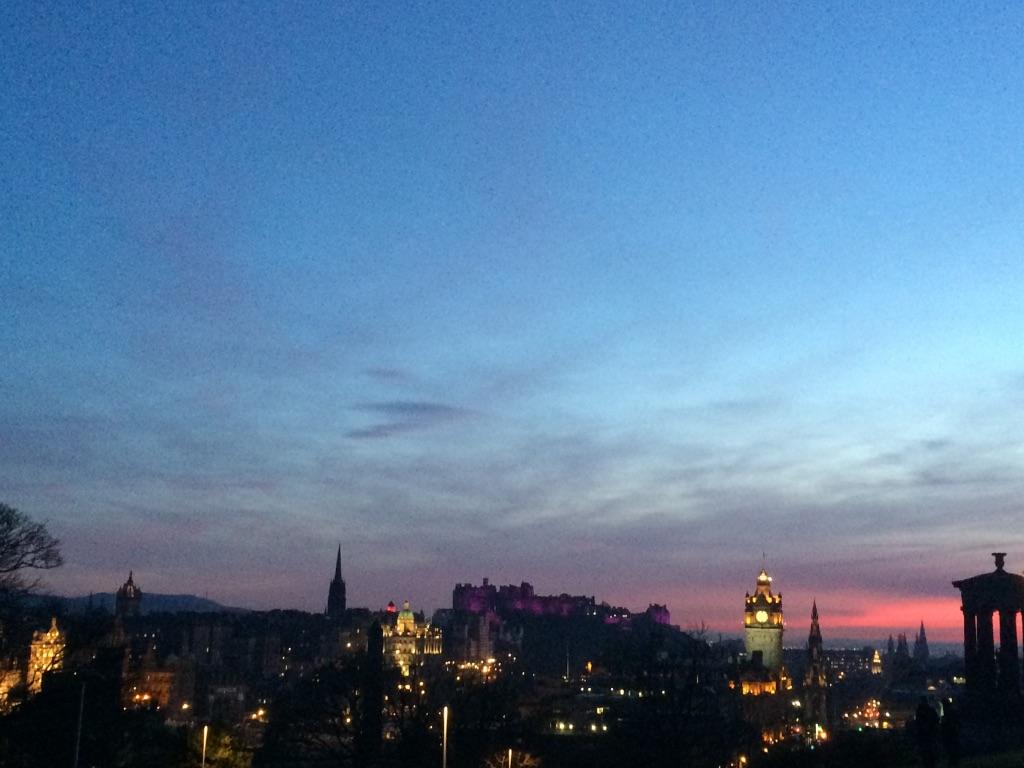 Visitar Calton Hill en Edimburgo al anochecer.