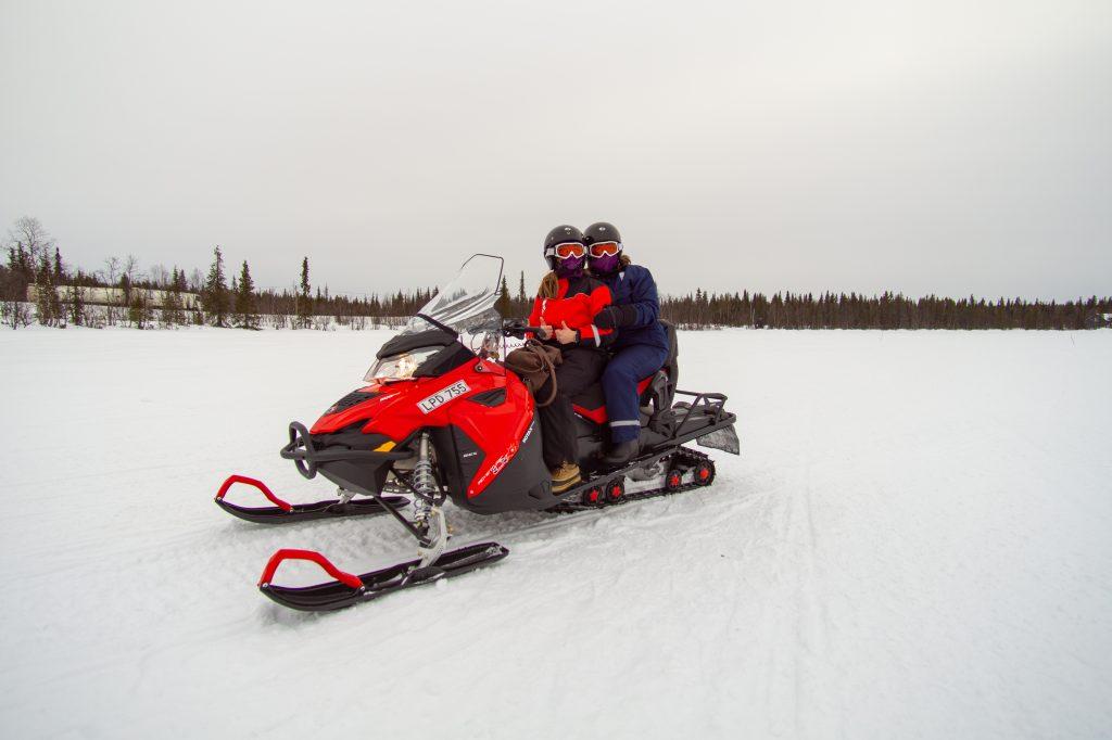 Motos de nieve, una de las actividades que puedes hacer desde tu alojamiento en Kiruna.